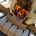 Rakubrand mit Holz in IKEA Mülltonne